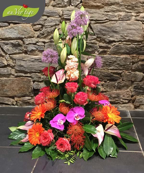 Composition en forme de cone pour devant de cercueil