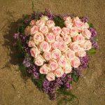 Coussin de fleurs en forme de coeur pour deuil
