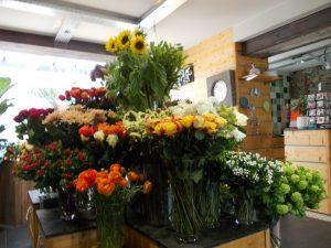 Au centre du magasin se trouve l'ôlts aux fleurs coupées pour la composition de bouquets